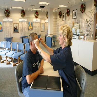 US_Navy_021029-N-3228G-001_Adjusting_a_customers_eyeglasses